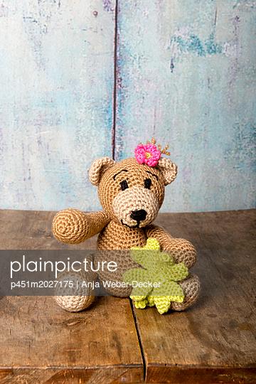 Gehäkelter Teddy mit Kleeblatt - p451m2027175 von Anja Weber-Decker