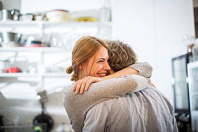 Glückliche Frau umarmt ihren Freund - p1284m1466689 von Ritzmann