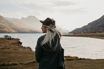 Young woman travelling through Switerland, looking at nature - p300m2070281 by letizia haessig photography