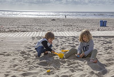 Children playing at the beach - p896m1478935 by Amaury Miller