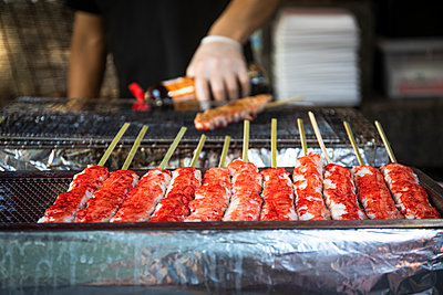 Japan, Kyoto Prefecture, Kyoto City, Yakitorigrilling at food stand - p300m2155103 by Andrés Benitez