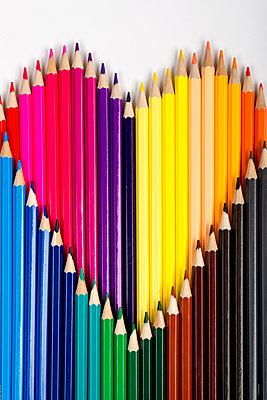 Herz aus Buntstiften - p451m1586895 von Anja Weber-Decker