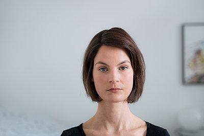 Braunhaarige Frau, Porträt - p552m1219017 von Leander Hopf