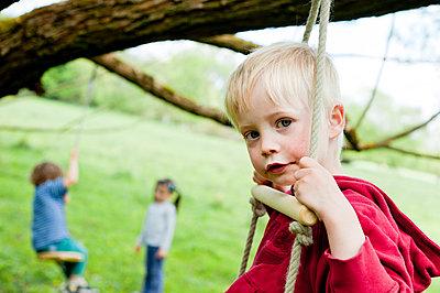 Junge sitzt auf Kletterleiter - p7670056 von vonwegener.de