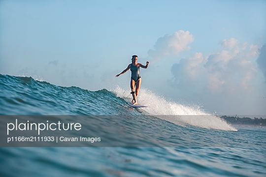 Female surfer - p1166m2111933 by Cavan Images