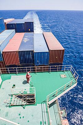 Arbeiter schrubbt Schiffsdeck - p1157m1041443 von Klaus Nather