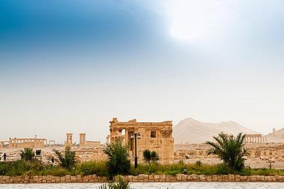 Ruinen des Baalschamin-Tempels der Oasenstadt und UNESCO-Weltkulturerbe Palmyra/Tadmor nahe Damaskus, Syrien - p1493m2063575 von Alexander Mertsch