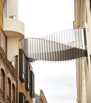 Gebäudebrücke in London - p606m938050 von Iris Friedrich