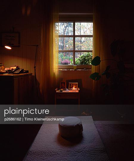 Wohnraum mit buddhistischer Meditationsecke - p2686162 von Timo Kleinerüschkamp