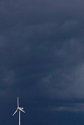 Windrad vor Gewitterwand - p1059m813838 von Philipp Reiss