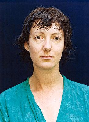 Frau mit kurzen Haaren, Porträt - p1205m1019744 von Annet van der Voort