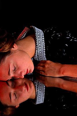 Junge Frau in altmodischem Kleid, Spiegelung - p1521m2108359 von Charlotte Zobel