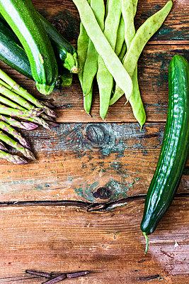 Green asparagus, zucchini, cucumber and pea pods - p300m1587525 von Giorgio Fochesato