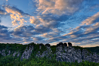 Germany, Saxony, Elbe Sandstone Mountains, view from the Bastei to the rock formation Kleine Gans at twiligh - p300m2103530 by Martin Rügner