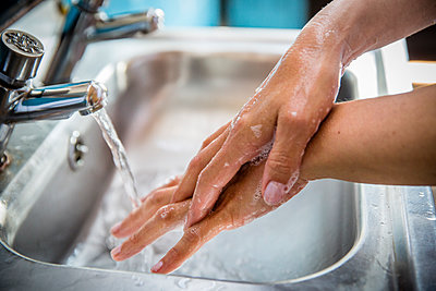 UK, England, Devon, Close-up of woman washing hands - p924m2271235 by Charlie Fawell