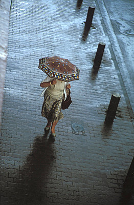 Im Regen unterwegs - p2550691 von Frank Muckenheim