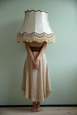 Woman with lampshade over her head - p427m2254302 by Ralf Mohr