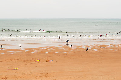 Surfer in Biarritz - p470m1042994 by Ingrid Michel