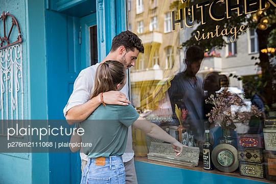 Couple window shopping - p276m2111068 by plainpicture