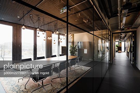 Empty board room in modern office - p300m2273901 by Daniel Ingold
