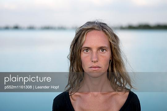 Porträt einer jungen Frau - p552m1161308 von Leander Hopf