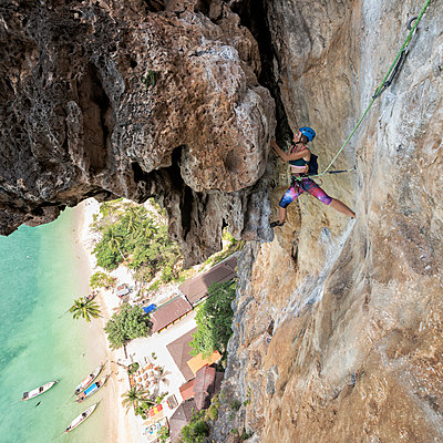 Thailand, Krabi, Tonsai beach, woman climbing in rock wall - p300m2083193 by Alun Richardson