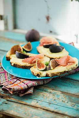 überbackenes Käse-Schinken Brot mit Feigen - p300m2144083 von Roman Märzinger