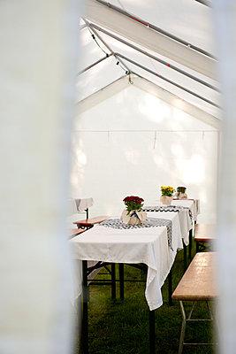 Biertische im Partyzelt - p533m1194924 von Böhm Monika