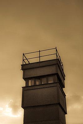Wachturm - p975m858286 von Hayden Verry