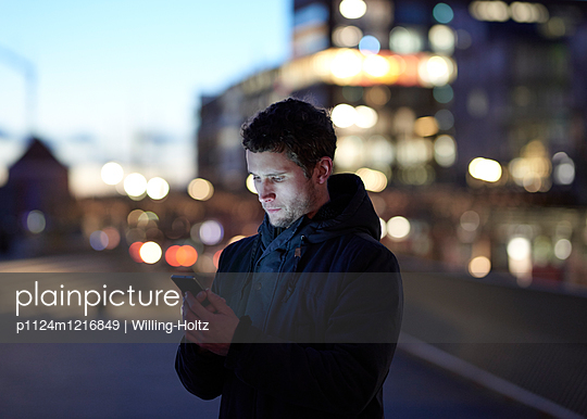 Mann mit Smartphone in der Stadt  - p1124m1216849 von Willing-Holtz