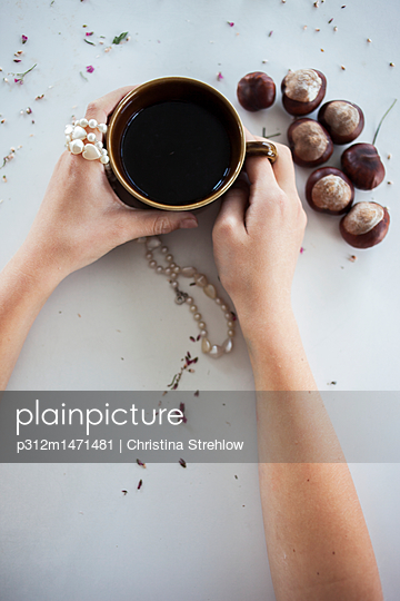 Hands with coffee mug - p312m1471481 by Christina Strehlow