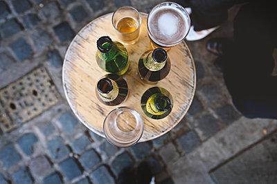 Bierflaschen auf Tisch - p1134m1559460 von Pia Grimbühler