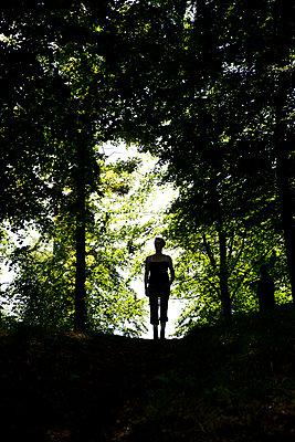 Frauensilhouette im Wald - p1212m1170648 von harry + lidy