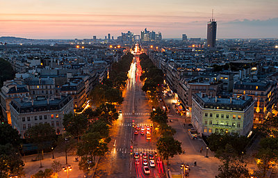 France, Paris, Champs-Elysees at sunset - p300m1189289 by Christina Falkenberg