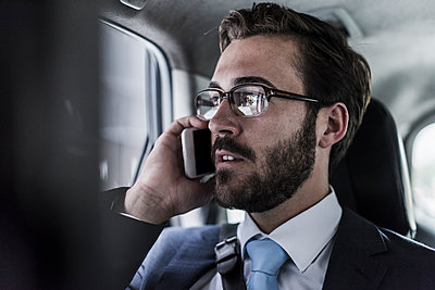 Businessman on cell phone in a car - p300m1191649 by Uwe Umstätter