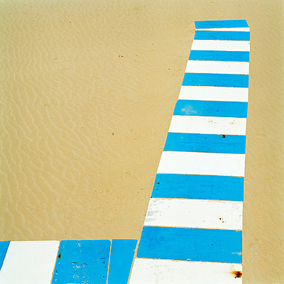 Gehwegplatten am Strand - p949m694785 von Frauke Schumann