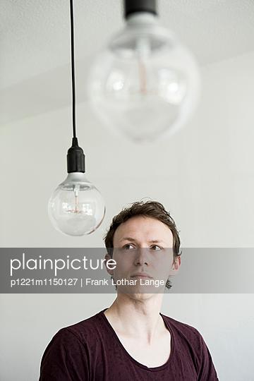 Junger Mann mit Glühbirnen - p1221m1150127 von Frank Lothar Lange