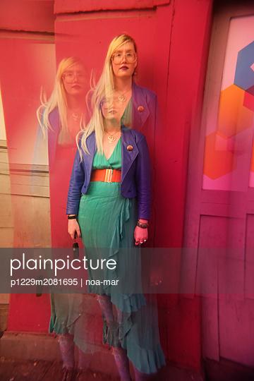 Blonde Frau mit Brille - p1229m2081695 von noa-mar