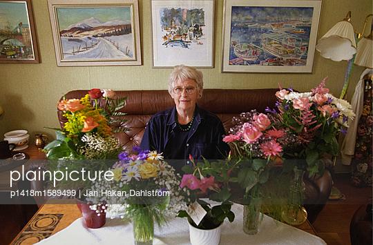 Seniorin feiert Geburtstag mit vielen Blumen - p1418m1589499 von Jan Håkan Dahlström