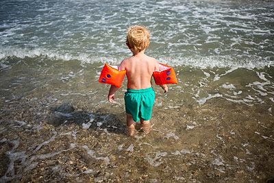 Kind mit Schwimmflügeln - p1386m1476369 von beesch
