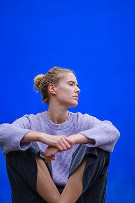 Frau unter blauem Himmel - p1600m2175609 von Ole Spata