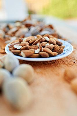 Plate of peeled almonds - p300m2221533 by Kiko Jimenez