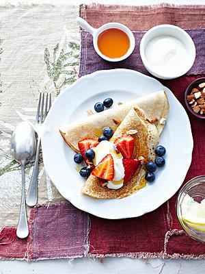 Buckwheat pancakes with fruit and yoghurt - p429m935384 by BRETT STEVENS