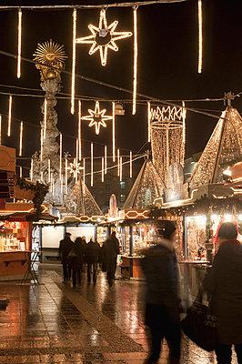 Stalls of Christmas Market, with Baroque Trinity Column in background, Hauptplatz, Linz, Oberosterreich (Upper Austria), Austria, Europe - p8711694 by Richard Nebesky