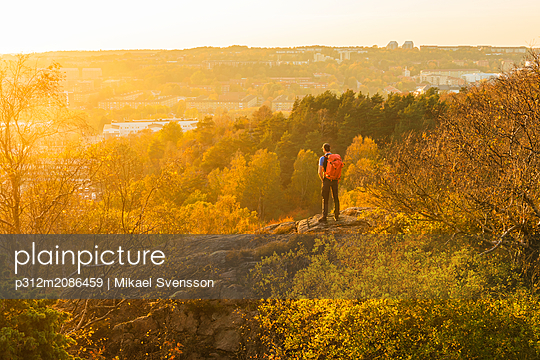 Man looking at sunset - p312m2086459 by Mikael Svensson