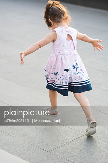 Kleines Mädchen rennt mit ausgestreckten Armen - p794m2031131 von Mohamad Itani
