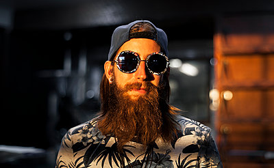 Bearded young man with retro sunglasses - p1324m1165219 by Michael Hopf
