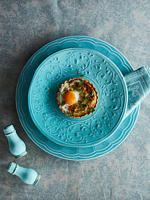 Savoury tart with egg - p429m1197833 by Debby Lewis-Harrison