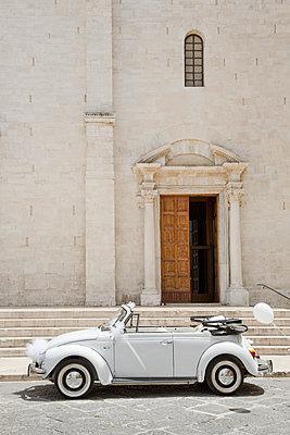 VW Käfer als Hochzeitsauto vor einer Kirche - p1032m1466383 von Fuercho