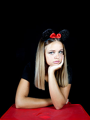 Young woman wearing mickey mouse ears - p1105m2115309 by Virginie Plauchut